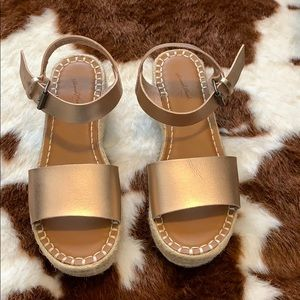 Universal Threads pink metallic wedges.